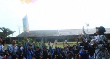 Guyuran Hujan Membuka Peringatan Hari Guru Ke 72 SMPN 1 Bojonegoro